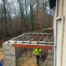rénovation d'un garage, on place les poutrelles