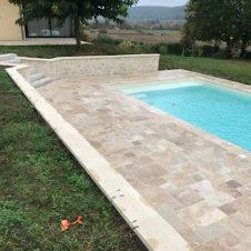 Margelles et muret près de la piscine
